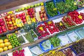 Människor njuta av shopping i kleinmarkthalle — Stockfoto