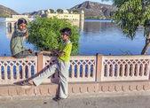 Los adolescentes disfrutan del atardecer en el palacio de agua en jaipur — Foto de Stock