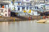 Pilgrims take ritual bathing in holy lake on in Pushkar — Stock Photo