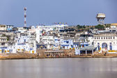 Pilgrims take ritual bathing in holy lake on in Pushkar — Stock Photo