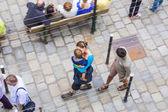 ノイシュヴァンシュタイン城を訪問する人が並ぶ — ストック写真