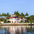 Постер, плакат: Luxury houses at the canal in Miami