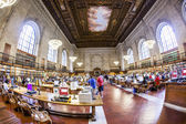 People study in the New York Public Library in New York — Stock Photo