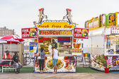 People buy fast food at the pier of Atlanic City — Stock Photo