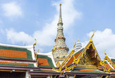 Famous temple Phra Sri Ratana Chedi covered with foil gold in th — Stock Photo