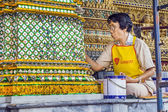 Woman is restoring a mosaique at the wall in the grand palace — Stock Photo