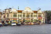 Historisches gebäude in bangkok mit straßenmarkt vorne — Stockfoto