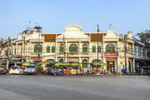 Historic building in Bangkok with street market in front — Stock Photo
