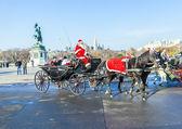 Motorista do percurso está vestida de papai noel no vermelho — Fotografia Stock