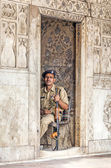 Policeman pays attention in the Red Fort to protects visitors fr — Stock Photo