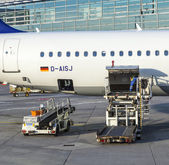 People load Lufthansa Aircrafts  with freight at the terminal 1 — Stock Photo