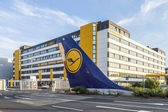 L tail sign installed at Tor 21 at Lufthansa headquarter in Fran — Foto de Stock