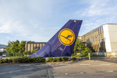 L tail sign installed at Tor 21 at Lufthansa headquarter in Fran — Stock fotografie
