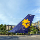 L tail sign installed at Tor 21 at Lufthansa headquarter in Fran — Foto Stock