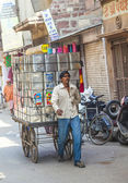 man transports goods  through the narrow roads in Jodhpur — Stock Photo