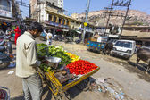 man sells vegetables at the market in Jodhpur — Stock Photo