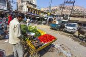 man sells vegetables at the market in Jodhpur — Stock Photo