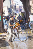 Man with child at the old city gate in Bikaner with his bicycle — Stock Photo