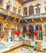 People in beautiful old haveli in Mandawa — Stock Photo