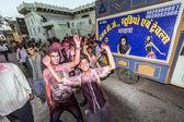Gente gettare colori a vicenda durante la festa di holi — Foto Stock