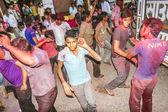 Folk kastar färger till varandra under holi firande — Stockfoto