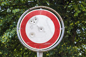 No vehicles traffic sign with bullet hole — Стоковое фото