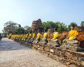 Estatuas de buda en el templo de wat yai chai mongkol en ayutthay — Foto de Stock