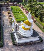 Boeddhabeelden bij de tempel van wat yai chai mongkol in ayutthaya in de buurt van bangkok, thailand — Stockfoto