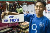 Человек продает свои традиционные одеяла в Бангкок, Таиланд — Стоковое фото