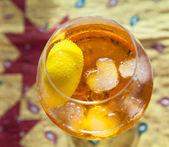 Yüzme kokteyl bardağına buz küpleri — Stok fotoğraf