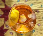 Cubetti di ghiaccio, nuoto nel bicchiere da cocktail — Foto Stock