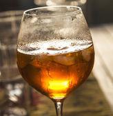 Bicchiere di vino nel tramonto riflesso — Foto Stock