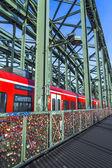 шкафчики на мосту гогенцоллернов символизируют любовь навсегда — Стоковое фото