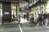 люди на ходу и группы, играющие в бурбон улице в ниг — Стоковое фото