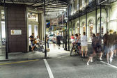 People on the move and bands playing in the Burbon street at nig — Stockfoto