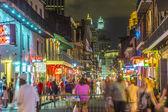 Lidé v pohybu v ulici v noci ve francouzském q burbon — Stock fotografie