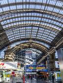Persone all'interno della stazione centrale di francoforte — Foto Stock