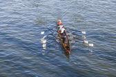 Boat team trains at river main — Foto Stock
