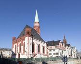 Famosa vieja iglesia de nikolai en frankfurt en el pla central roemer — Foto de Stock