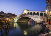 Rialto bridge by night with people — Stockfoto