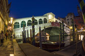 Rialto bridge by night with people — Foto Stock