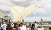 La gente disfruta de las vistas desde la plataforma del panorama a frankfurt — Foto de Stock