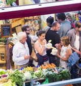 Pessoas gostam de fazer compras na kleinmarkthalle — Foto Stock