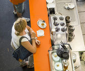 People relax at a cafe in the Kleinmarkthalle  — Stock Photo