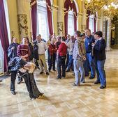 People visit famous Semper Opera house in Dresden — Zdjęcie stockowe