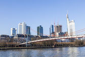 Holbein bridge in Frankfurt am Main with skyline. — Foto de Stock