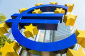 Euro sign at European Central Bank headquarters in Frankfurt, Ge — Stock Photo