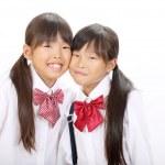 zwei kleine asiatische Schulmädchen — Stockfoto