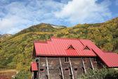 Hotel cottage in legno in un paesaggio autunnale — Foto Stock