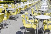 Пустые столы уличных кафе — Стоковое фото